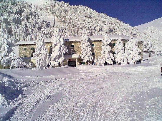 La Sibilla Parco Hotel: Panoramica dell'hotel con dietro la seggiovia. Feb. '12.