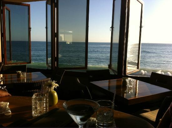 Splashes Restaurant Bar With Pacific Ocean