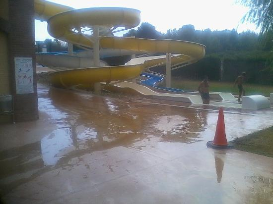 Camping Montblanc Park Capfun : Zona deslizante y muy peligrosa en toboganes de piscina