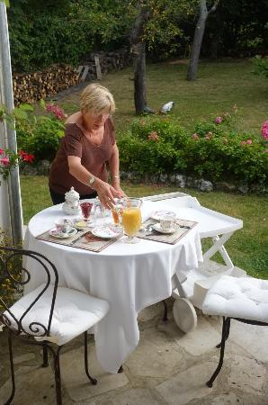Marie et Gilbert Therin B&B: Frühstückstisch