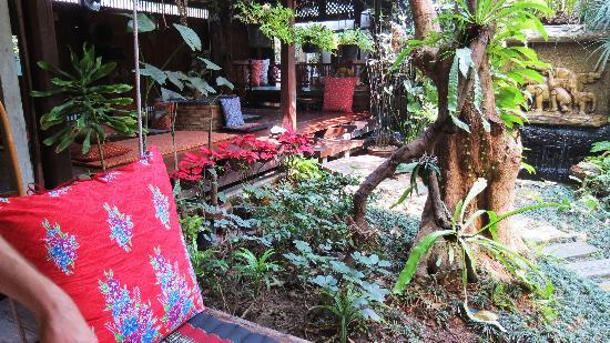 Pak Chiang Mai: One of the delightful seating areas downstairs