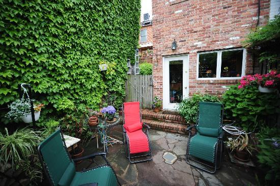 Celia's Place: Nice Patio in the Backyard