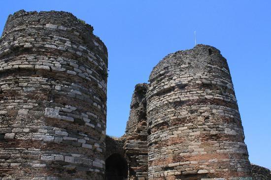 Bosphorus Cruise Day Trips: 急坂を上ってたどり着いた、丘の上の砦