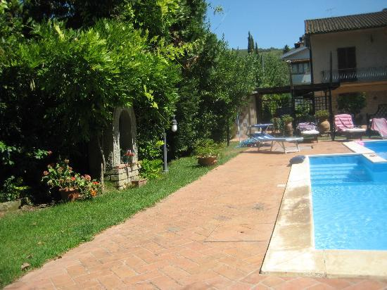 Elda Country House: The pool area