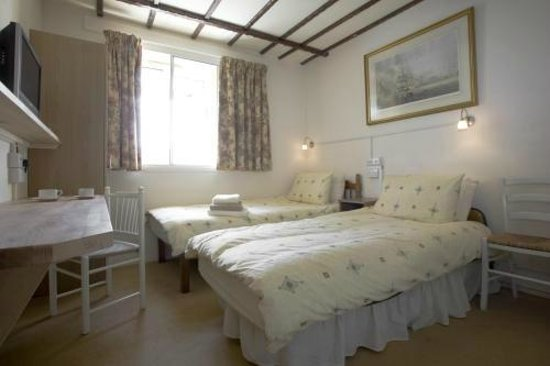 Oakwood Bed and Breakfast Heathrow: Superior Twin En-Suite: 1 extra long bed for tall guests