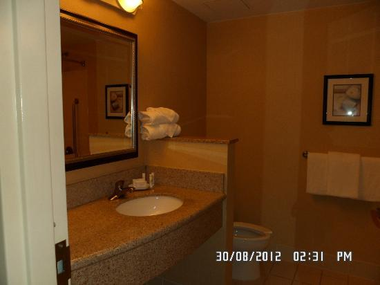 Courtyard by Marriott Lancaster: Bathroom