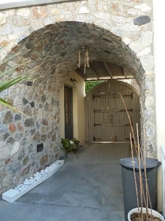 Hotel Athanasia: Entrance to annex
