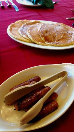 Timberholm Inn: Pancakes and sausages
