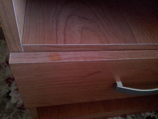 Hotel La Cima Trasimena: talmente tanta polvere che si vede l'impronta del mio dito perfino in foto...