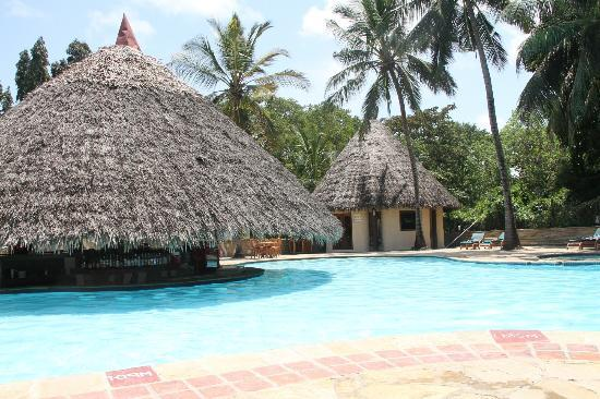Pinewood Beach Resort & Spa: Good size pool