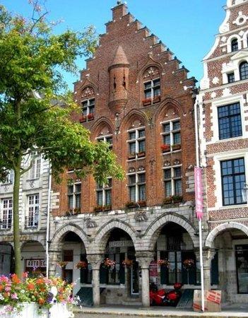 Hotel Les Trois Luppars : Notre façade, monument historique