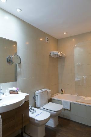 โรงแรมอาซุล บาร์เซโลน่า: bathroom