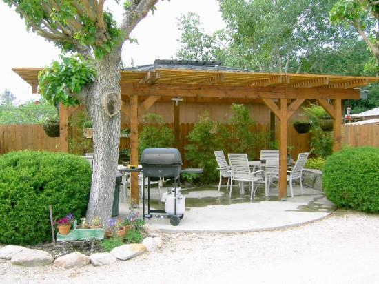 Sequoia Lodge: Relax at our Patio