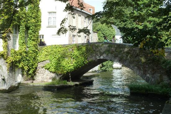 Crowne Plaza Brugge: Canal bridge Bruges