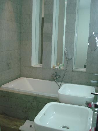 Cesar Resort & Spa: Bathrooom - bath & walk-in shower