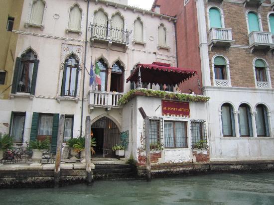 Al Ponte Antico Hotel: Water Taxi Drop Off Dock