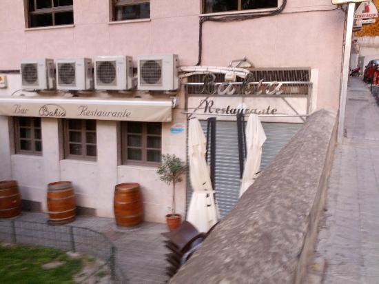 Bar Restaurante Bahia: Exterior del restaurante, junto al muro de la calle de Sebastián Martínez