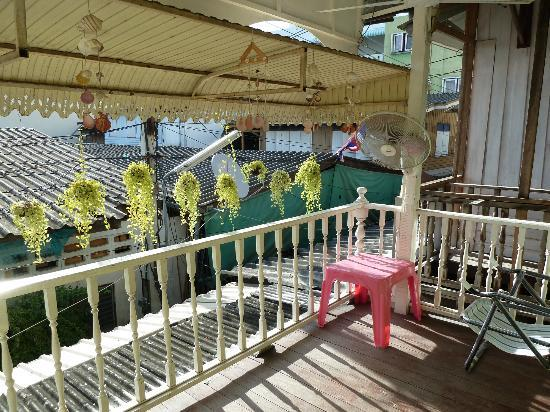 Les Bobo's Backpacker Hostel: balcony on upper floor (public)