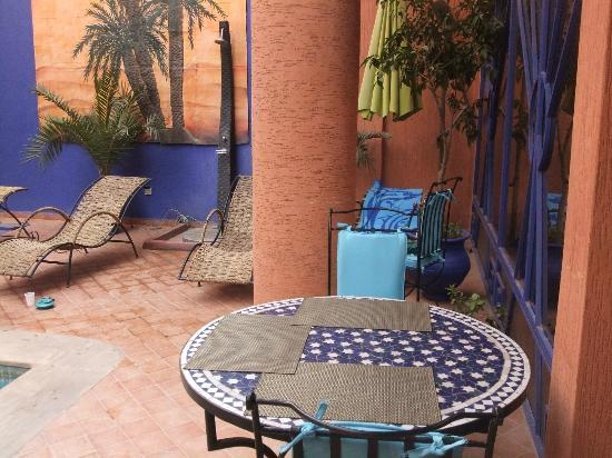 Les Trois Palmiers: Breakfast area around pool
