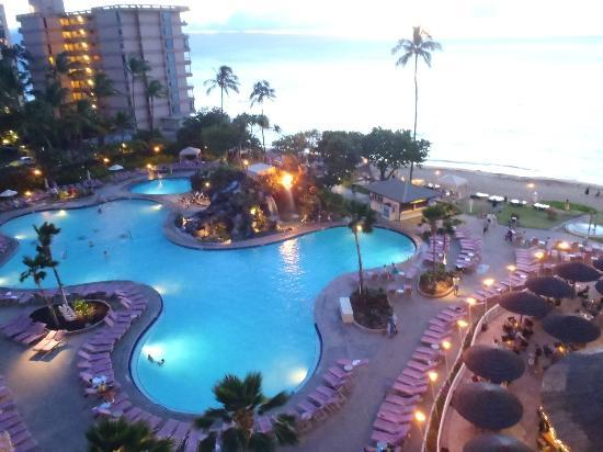 Ka'anapali Beach Club: Pool at twilight
