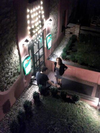 Hotel Stary Pivovar: вход в отель. перед ним курят