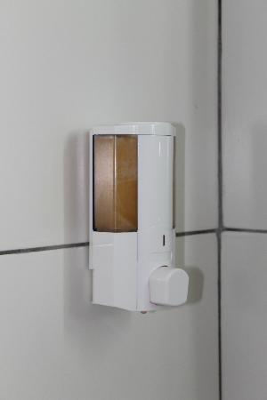 In bagno dispenser sapone liquido nella doccia foto di callisto holiday village ayia napa - Bagno holiday village ...