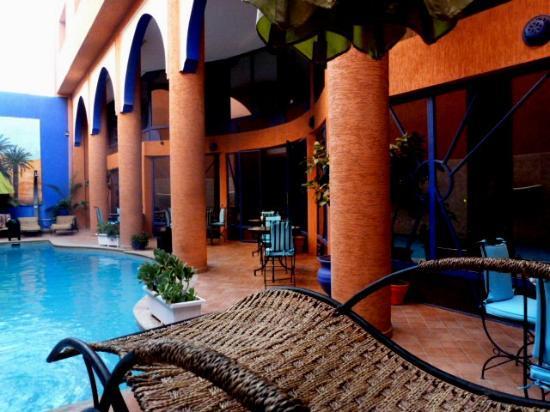 Les Trois Palmiers: Pool area