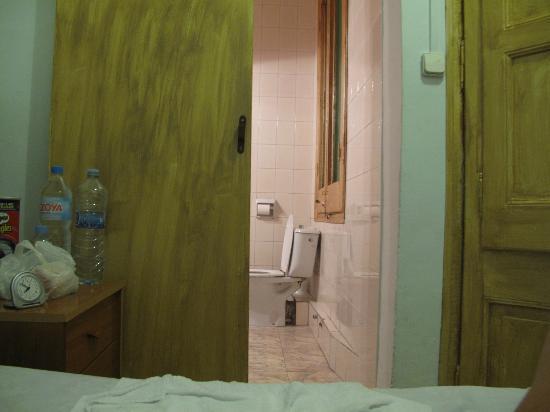 Pension Portugal: Skjutdörr mot badrum