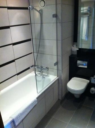 Crowne Plaza London Kensington: modern and clean bathroom