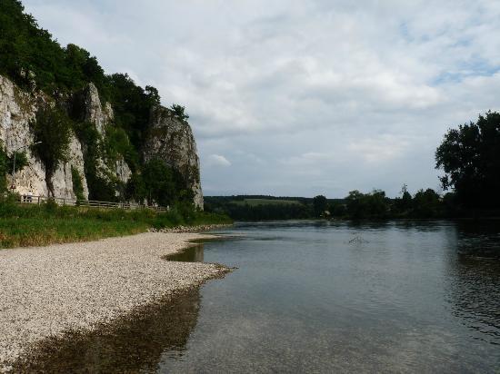 Klosterschenke Weltenburg: pebble beach directly in front of Kloster