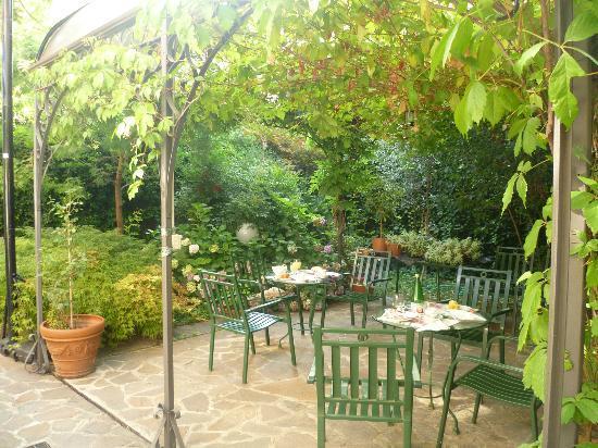 Hotel Bagliori: Jardín