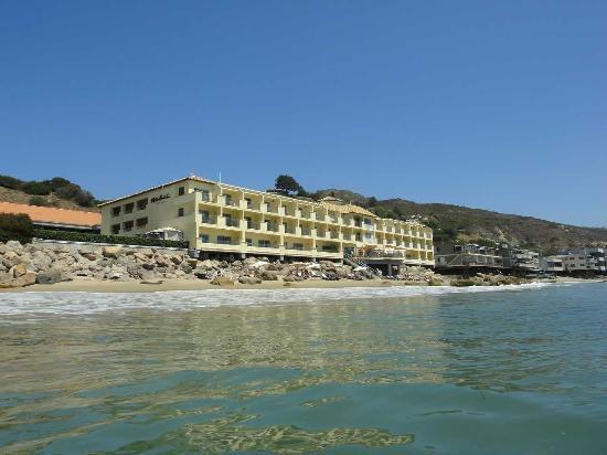 Malibu Beach Inn: 海から見たホテル
