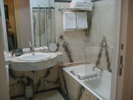 Hotel Avenida Palace: All marble bathroom-so clean