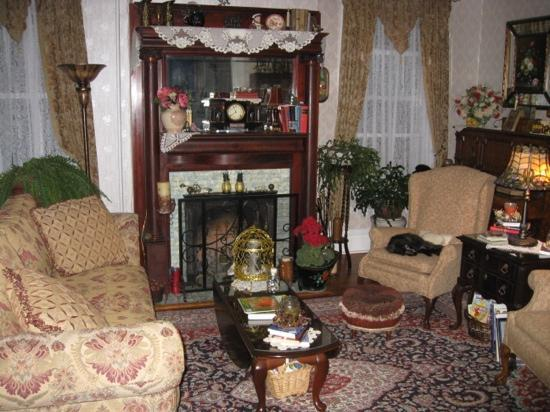 Belle Hearth Bed and Breakfast: The living room