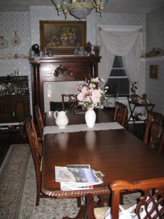 Belle Hearth Bed and Breakfast: the dining room