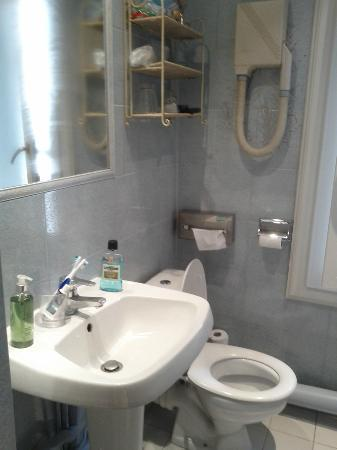Hotel du Parc: Clean bathroom