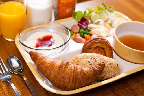 Super Hotel Kobe: 焼きたてパン朝食例