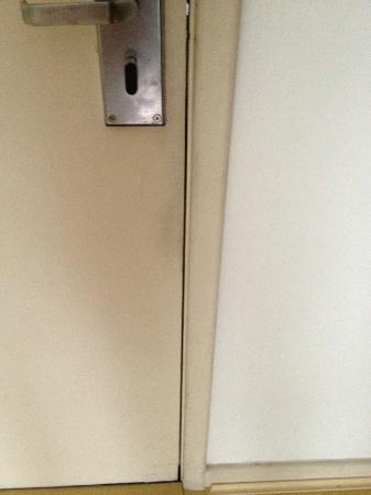 برومينيد بالاديوم: portas encardidas no entorno da maçaneta 