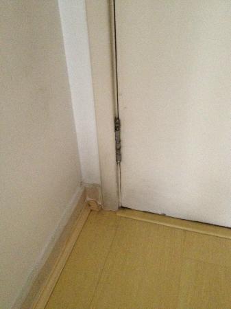 برومينيد بالاديوم: portas e batentes encardidos 