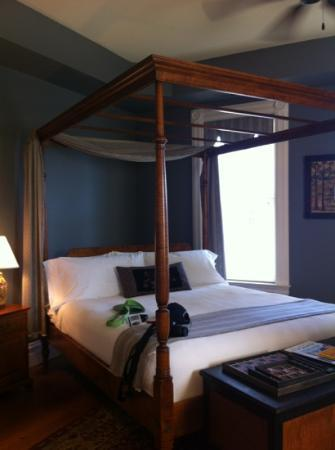 The Inn at Hermannhof: king size bed