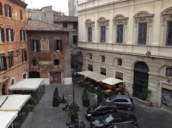 Boutique Hotel Campo de Fiori: The courtyard below our window.