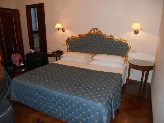 Locanda Sant'Agostin: Bed in our room