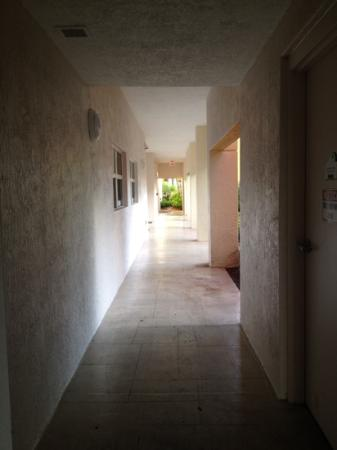 Marriott's Villas at Doral: gross exterior hallways