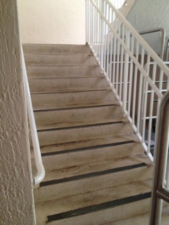 Marriott's Villas at Doral: very wet, dangerous and dirty exterior stairs