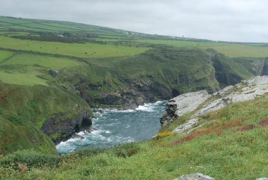 Bottreaux House Bed & Breakfast : View from the top of the cliff next to the National Coast Watch - Boscastle