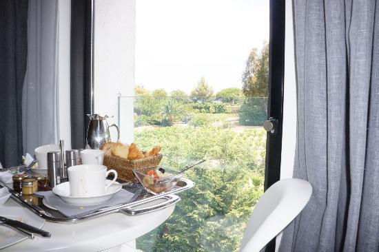Hotel Le Mandala: Breakfast in room.