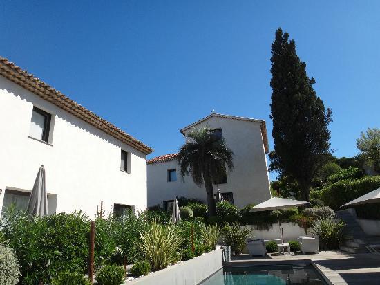Hotel Le Mandala: Pool and garden