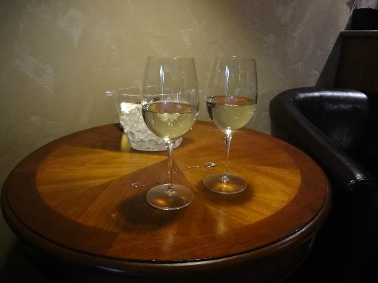 Hotel Chateau Chamonix: Wine in room