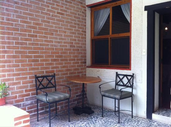 Hotel Regis Panajachel: Small patio outside room