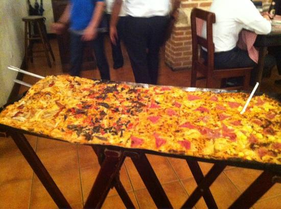 Pizzeria Vesuvio : Huge Meter long Pizza